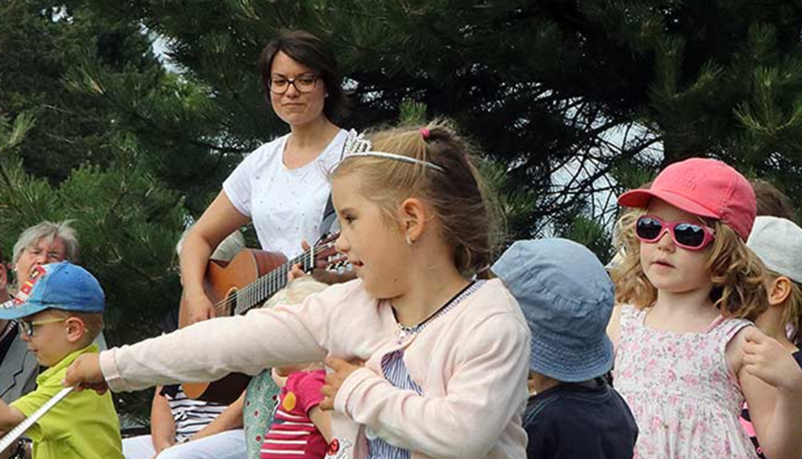 Musikschulleiterin Katharina O'Connor macht mit Kindern Musik
