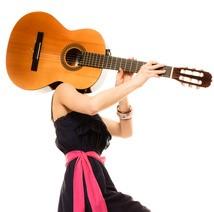 Eine Frau trägt eine Gitarre