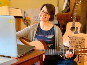 Musikschulleiterin Katharina O'Connor gibt Gitarrenunterricht per Livestream