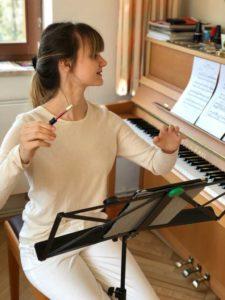 Chorleiterin Sandra Becker dirigiert vor ihrem Tablet