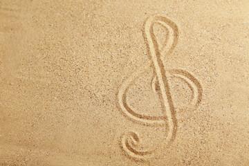 Ein Notenschlüssel wurde in den Sand gezeichnet
